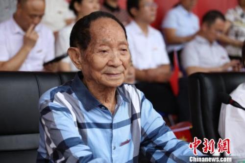 9月16日,袁隆平介入湖南农业大学2019级本科新生开学仪式。 何纲跃 摄