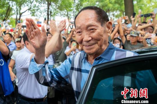 袁隆平受到湖南农业大学学生热烈接待。 熊阳俊 摄