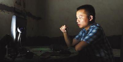 9月6日,湘乡市东郊乡,宅在家中的易亮,神情黯然。记者  童迪  实习生 王君安 摄